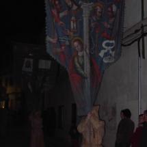 Encapironat de la Confraria porta la bandera. Confraria de Sant Miquel