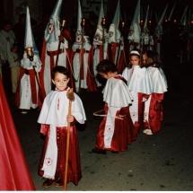 Escolans porten objectes de la Passió a les processons. 1999. Imatges retrospectives