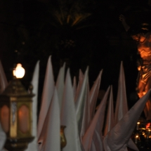 Formació dels confrares amb el Pas del Sant Crist al fons. Processó Setmana Santa de Felanitx de 2009