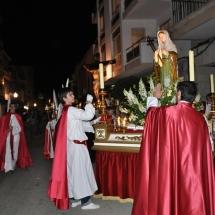 En Joan i en Miquel encenen els ciris al Pas de Santa Maria Magdalena. Processó Setmana Santa de Felanitx de 2009