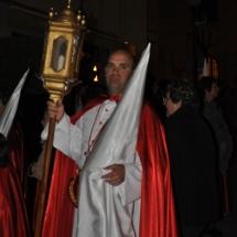 Confrare portant un dels fanals abans de la Processó. Processó Setmana Santa de Felanitx de 2010