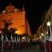 La Confraria amb l'església de Sant Miquel al fons. Processó Setmana Santa de Felanitx de 2010