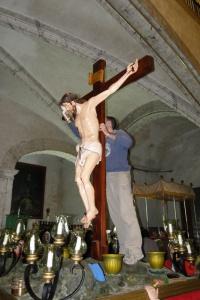 Preparació Setmana Santa. En Tià netetja el Crist. 2010