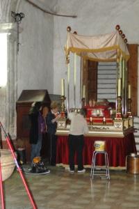 Preparació Setmana Santa. Netetja del pas del Crist Jacent. 2010