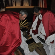 Confrares posen el mortae al Crist. Enterrament 2011