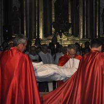 Confrares preparen el Crist per la pregària. Enterrament 2011
