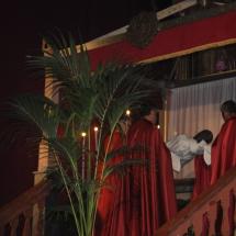 Confrares pugen el Crist al sepulcre. Enterrament 2011