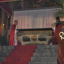 Confrares tanquen el sepulcre. Enterrament 2011