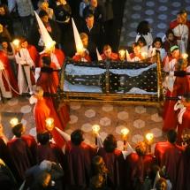 Confrares porten el Crist a la processó de l'Enterrament. Enterrament 2014