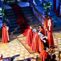 Confrares preparen el Crist per la pregària. Enterrament 2014
