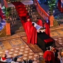Confrares pugen el Crist al sepulcre. Enterrament 2014