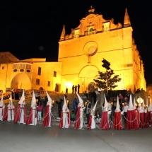 La Confraria amb l'Església de Sant Miquel al fons. Processó Setmana Santa de Felanitx de 2014