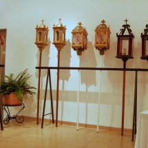 Fanals que es porten a les processons a l'exposició a la Casa de Cultura de Felanitx. 50è Aniversari de la Fundació de la Confraria