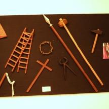 Objectes de la Passió portats per els escolanets a l'exposició a la Casa de Cultura de Felanitx. 50è Aniversari de la Fundació de la Confraria